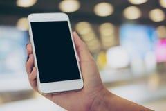 Femme et moquerie vers le haut de téléphone intelligent Photos libres de droits