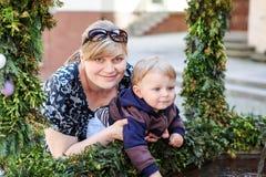 Femme et petit fils près de fontaine avec des oeufs de pâques Images libres de droits