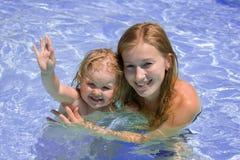 Femme et petite fille dans une piscine photographie stock libre de droits