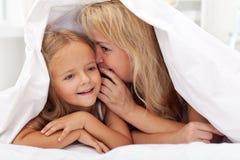 Femme et petite fille partageant un secret Photos libres de droits
