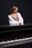 Femme et piano Photo stock