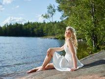 Femme et robe attrayantes de blanc photographie stock