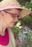 Femme et rose mûres de blanc photo stock
