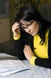 Femme et ses factures mensuelles image stock