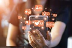 Femme et smartphone d'utilisation avec l'icône, madia social Photos stock