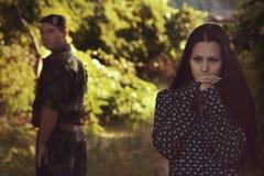 Femme et soldat dans un uniforme militaire Images libres de droits
