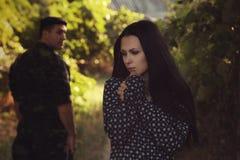 Femme et soldat dans un uniforme militaire Photos libres de droits