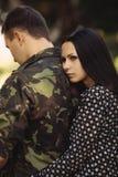 Femme et soldat dans un uniforme militaire Images stock