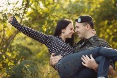 Femme et soldat dans un uniforme militaire Image libre de droits