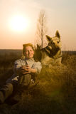 Femme et son animal familier au pays Photos libres de droits