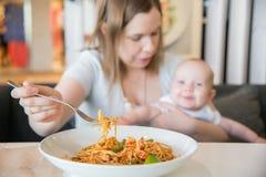 Femme et son bébé garçon dans un café Photographie stock