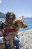 Femme et son crabot Photographie stock libre de droits