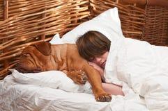 Femme et son crabot dormant confortablement dans le bâti Images stock