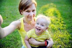 Femme et son petit-fils adorable d'enfant en bas âge faisant le selfie Image libre de droits