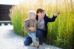 Femme et son petit-fils d'enfant en bas âge jouant dehors Photographie stock