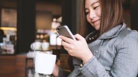 Femme et téléphone intelligent banque de vidéos