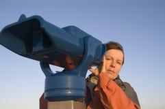 Femme et télescope Photographie stock