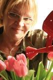 Femme et tulipes mûres Image stock