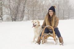 Femme et un chien dans la neige Photographie stock libre de droits