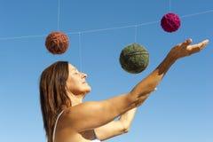 Femme et un univers des billes de laines Photographie stock libre de droits