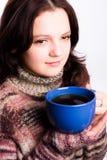 Femme et une tasse bleue Photos stock