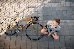 Femme et vélo heureux dans la ville photos libres de droits