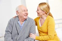 Femme et vieil homme dans la retraite Image libre de droits