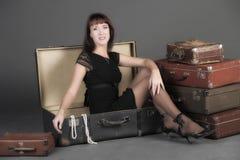 Femme et vieilles valises Images stock