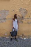 Femme et vieux mur photo stock