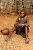 Femme ethnique de Hamer dans la robe traditionnelle d'Ethiopie Photographie stock libre de droits