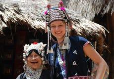 Femme ethnique et fille caucasienne rectifiées de même Image stock