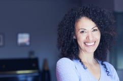 Femme ethnique mûre souriant à l'appareil-photo photos stock
