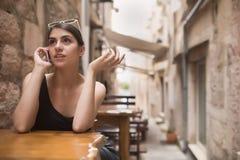 Femme européenne bronzage de belle obscurité parlant au téléphone avec le bavardage d'ami Téléphone parlant de femme d'affaires d Images libres de droits