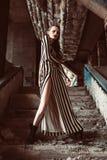 Femme européenne de beaux cheveux bruns dans la pose de robe élégante de colorfull Photos libres de droits