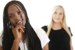Femme européenne et africaine d'isolement sur le blanc Image stock