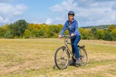 Femme européenne sur le vélo de montagne en nature allemande photos stock