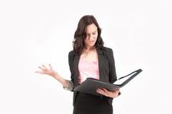 Femme européenne d'affaires de jeune brune confuse Image stock