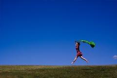 Femme exécutant à travers un horizontal vert Photographie stock libre de droits