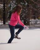 Femme exécutant dans la neige Photo stock