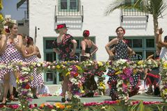 Femme exécutant la danse de flamenco sur le flotteur de défilé pendant le défilé vers le bas State Street, Santa Barbara, CA, vie Photos stock