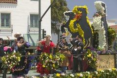 Femme exécutant la danse de flamenco sur le flotteur de défilé pendant le défilé vers le bas State Street, Santa Barbara, CA, vie Photographie stock