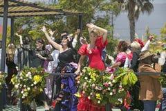 Femme exécutant la danse de flamenco sur le flotteur de défilé pendant le défilé vers le bas State Street, Santa Barbara, CA, vie Images stock