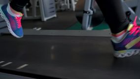 Femme exécutant sur le tapis roulant en gymnastique banque de vidéos