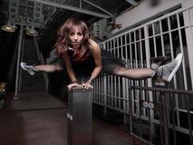 Femme exécutant un fractionnement Images stock