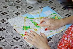 Femme examinant la carte Images libres de droits