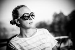 Femme examinant la distance Photos stock