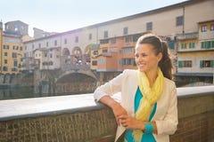 Femme examinant la distance près du vecchio de ponte Images stock