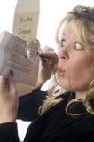 Femme examinant le document Image stock