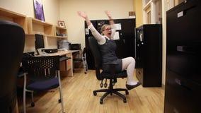 Femme excitée pour quitter le travail clips vidéos
