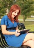 Femme Excited avec la tablette Photos libres de droits